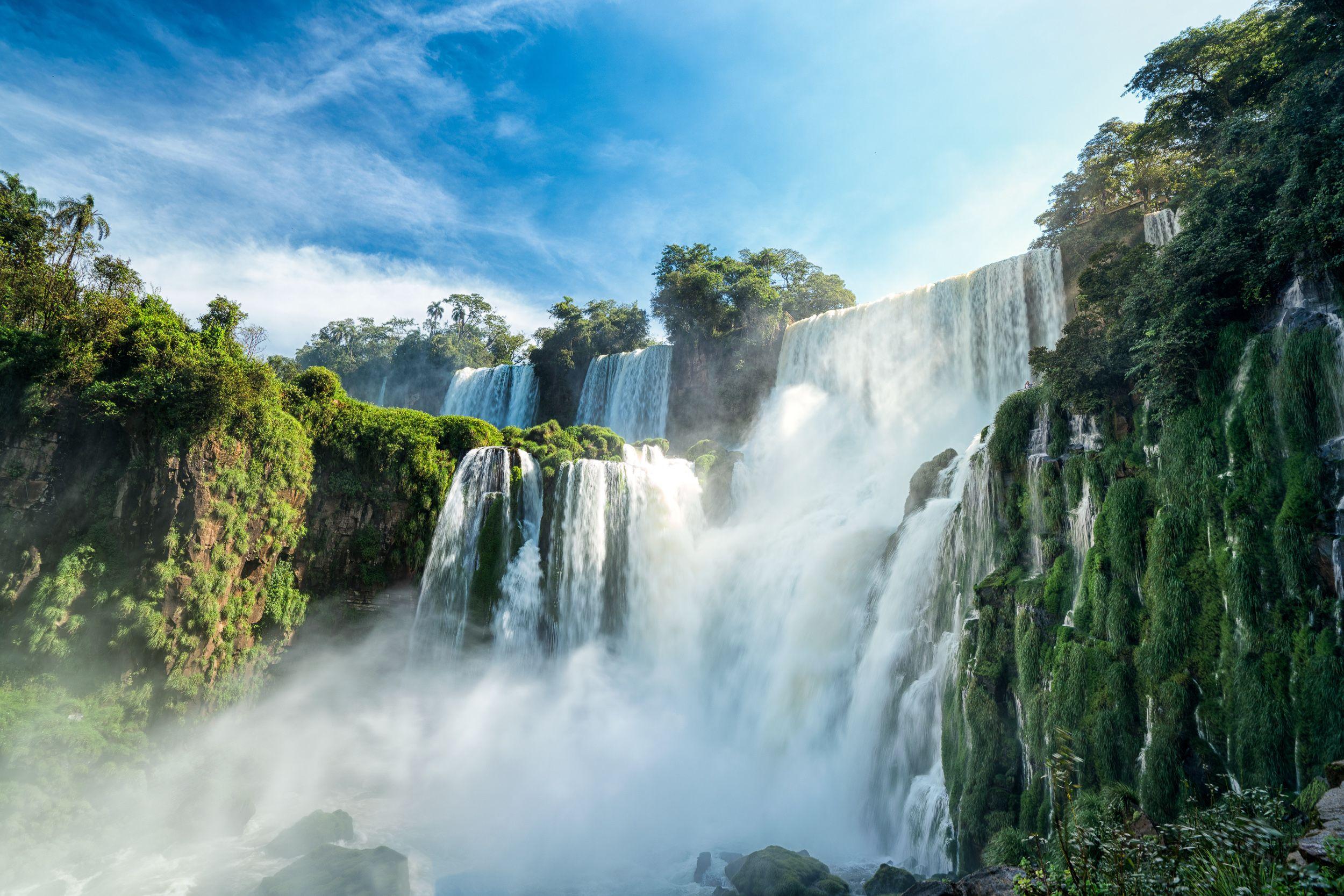 Det enestående vandfald Iguazu på grænsen mellem Brasilien og Argentina